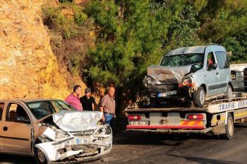 Alanya'da 2 otomobil kafa kafaya çarpıştı: 1'i ağır 5 yaralı