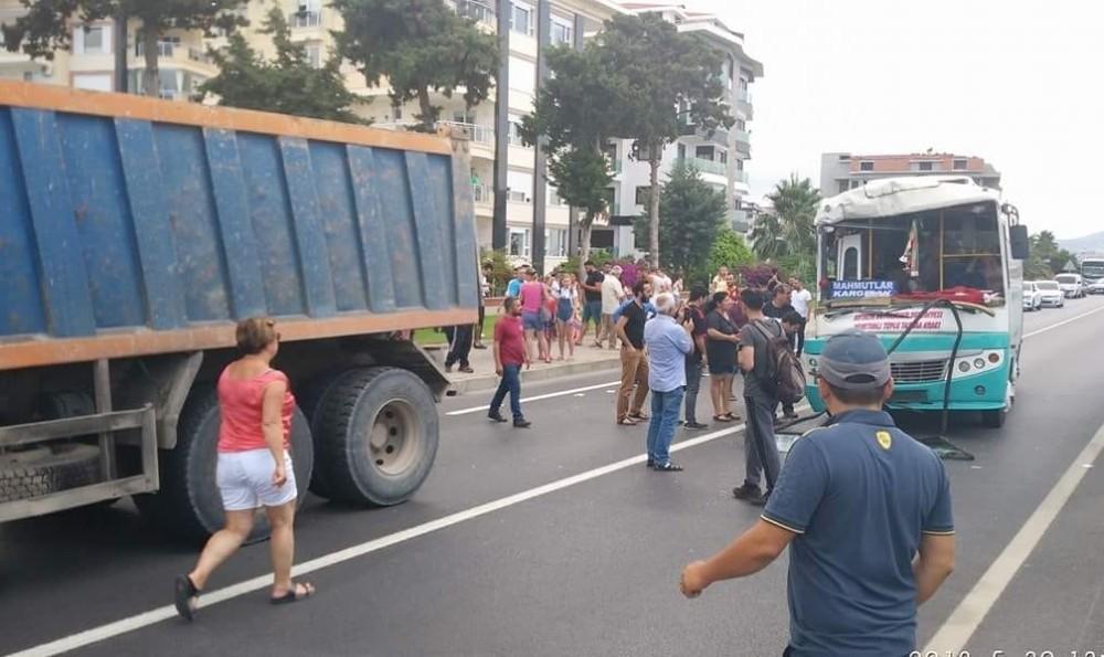 Alanya'da halk otobüsüyle hafriyat kamyonu çarpıştı: 1'i yabancı uyruklu 15 yaralı