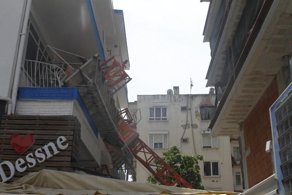 Antalya'da inşaat iskelesi yan binanın balkonuna devrildi