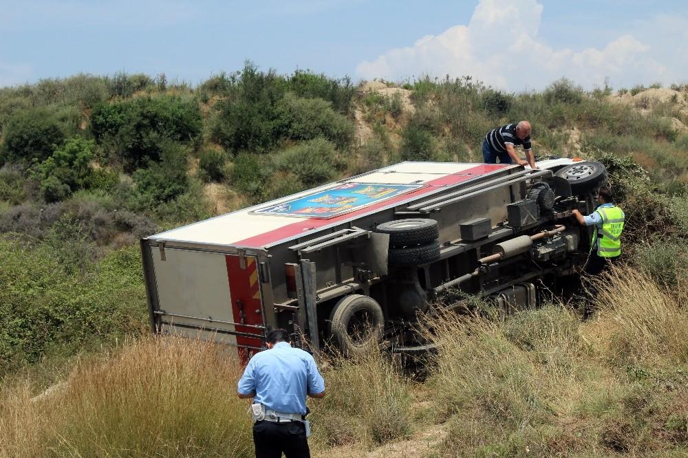 Antalya'da kamyon devrildi, burunları bile kanamadı