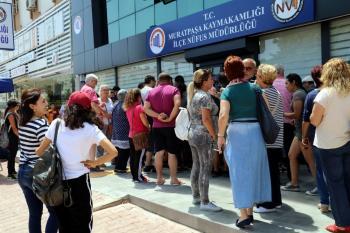 Antalya'da nüfus müdürlükleri önünde seçim kuyruğu