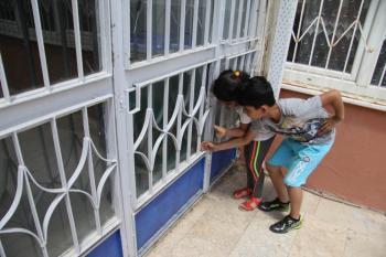 Antalya'da okulda mahsur kalan kediyi polis kurtardı