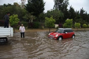 Antalya'da sağanak yağmur caddeleri göle çevirdi