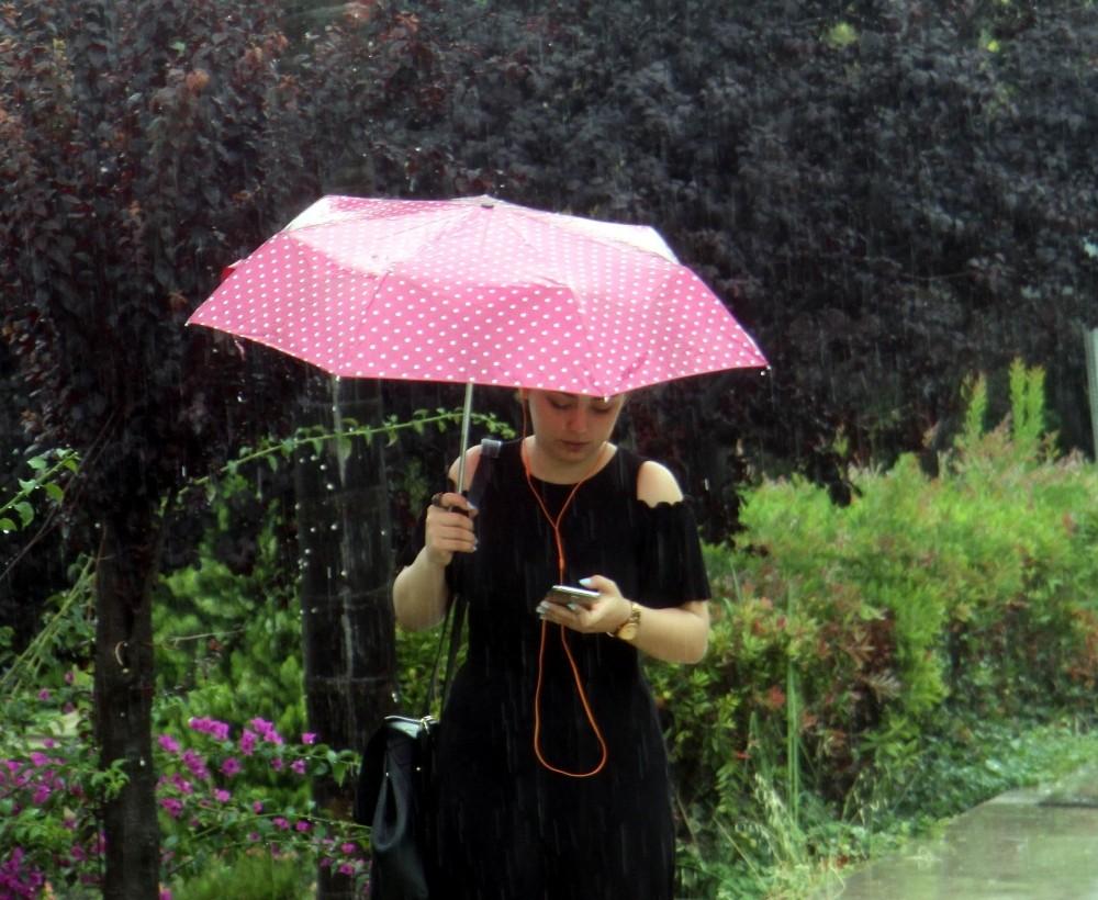 Antalya'da sınava giden öğrencilere yağmur sürprizi