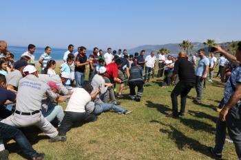 Antalyalı işçiler 1 Mayıs'ta gelen yüzde 5'lik zam haberini halat çekerek kutladı