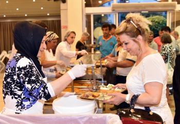 Başkan Yücel vatandaşla iftar yaptı