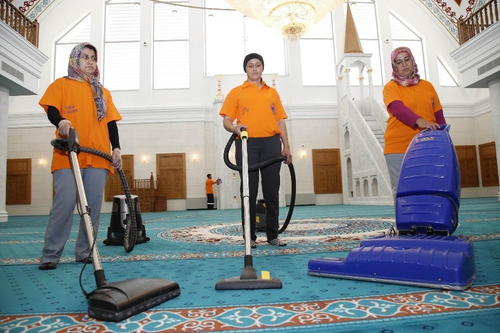 Döşemealtı Belediyesi Camilerin Temizliğine devam ediyor