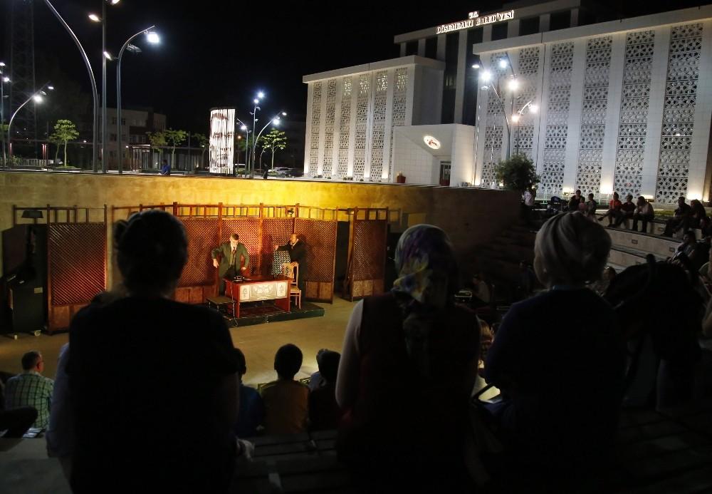 Döşemealtı Kent Meydanı'nda tiyatro oyunu sahnelendi