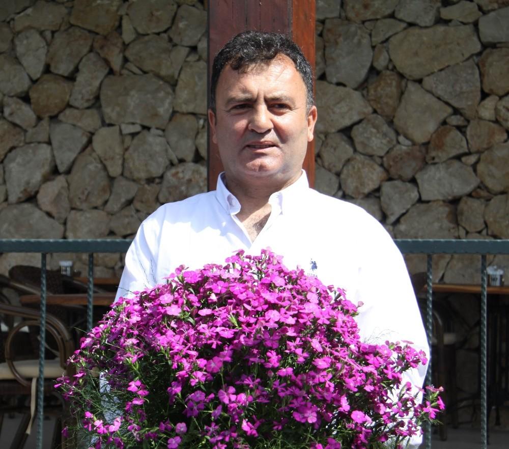 Dünyanın annelerine Antalya'dan 42 milyon dal çiçek