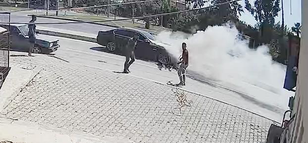Hareket halindeki lüks otomobil alev aldı