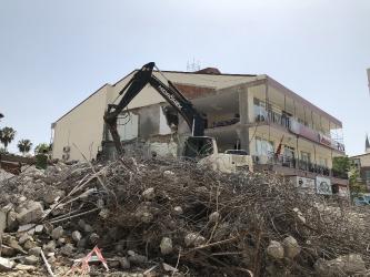 İş merkezi yıkımında lisenin duvarı çöktü