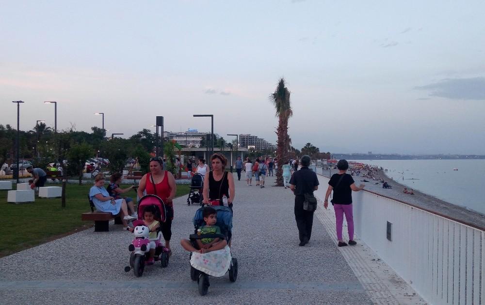 Konyaaltı Sahilinde çocukların fıskiye keyfi