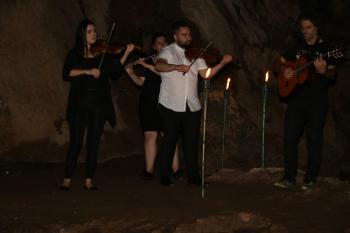 Mağara içinde müzik keyfi