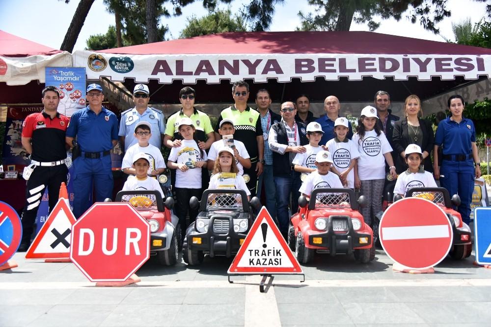 Minikler trafikte vatandaşları uyardı