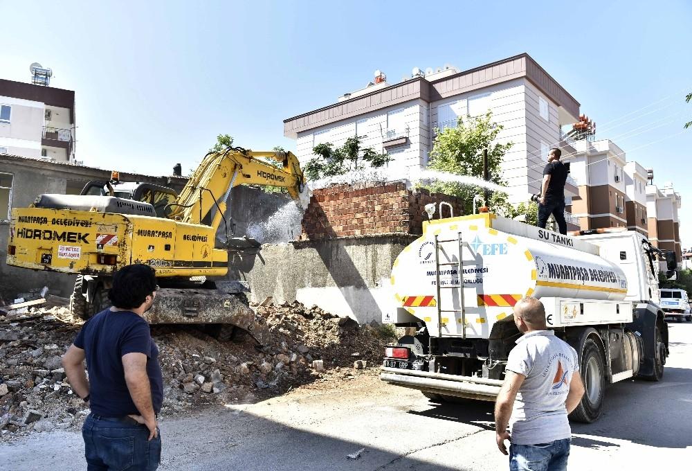 Muratpaşa'da metruk binalar yıkıldı