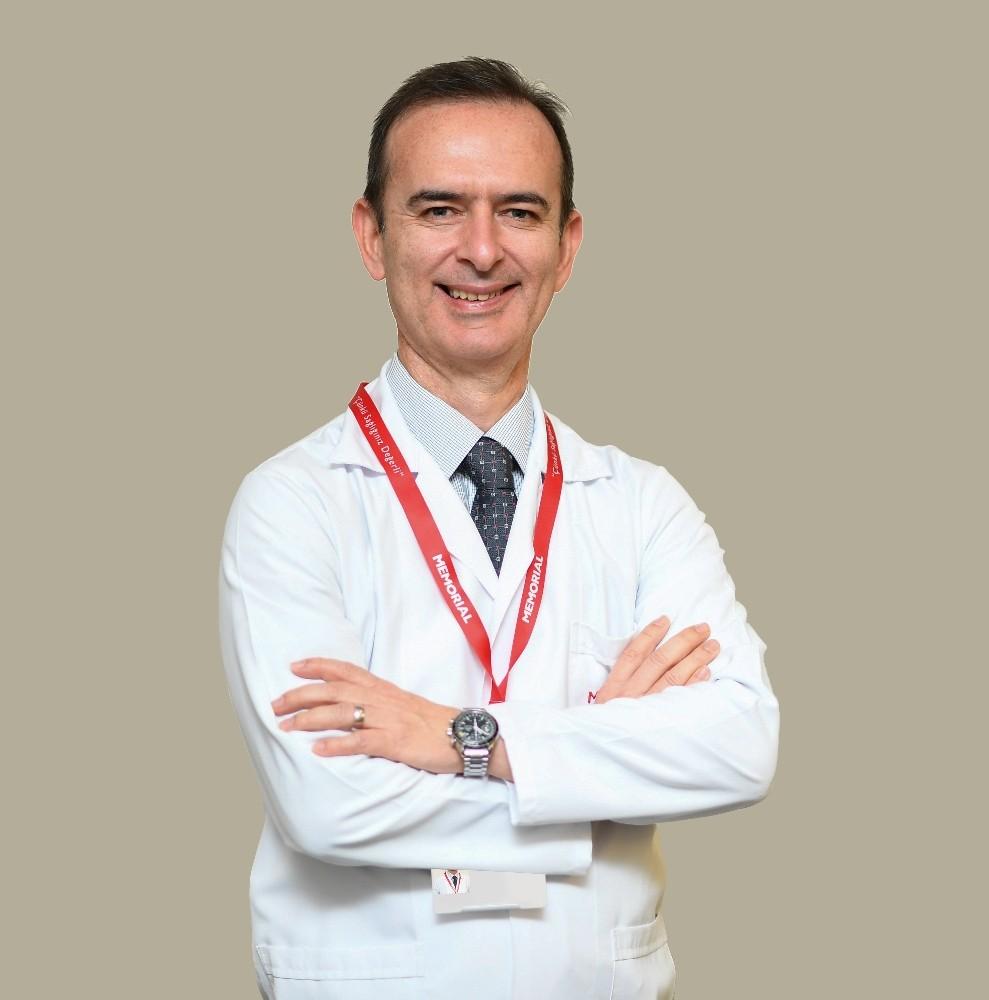 """Prof. Dr. Coşkunfırat: """"Meme küçültme ameliyatı sırt ağrılarına çözüm olabilir"""""""