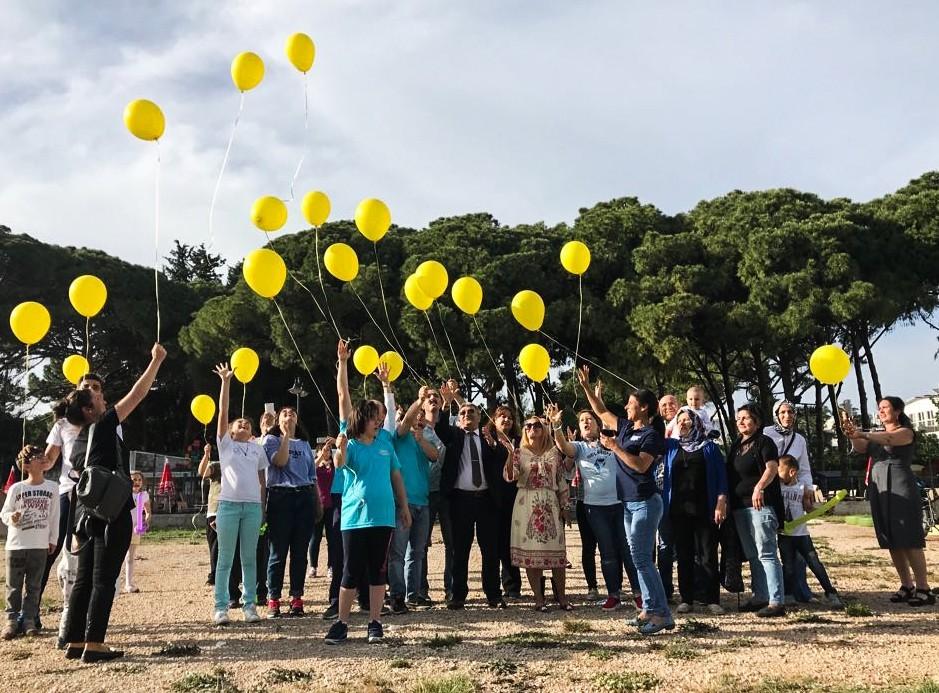 Sarı balonlar gökyüzünde