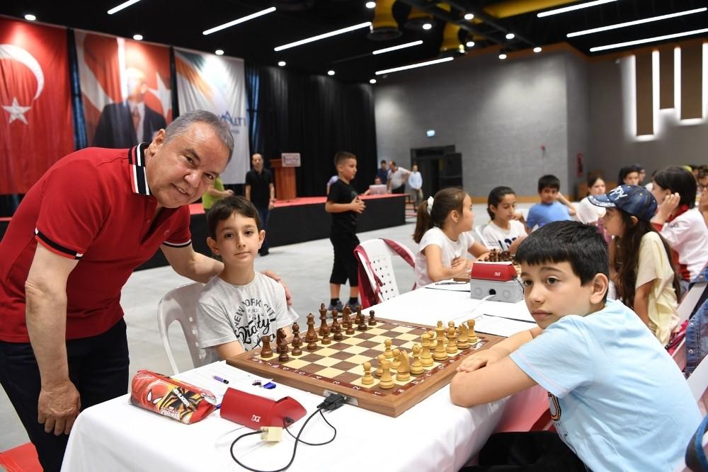 Satranç turnuvasında ilk hamle Başkan Böcek'ten