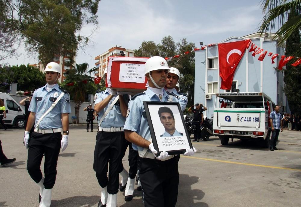 Şehit polis memuru için Antalya Emniyet Müdürlüğünde tören