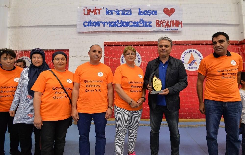 Sporcu velilerinden Başkan Uysal'a plaket