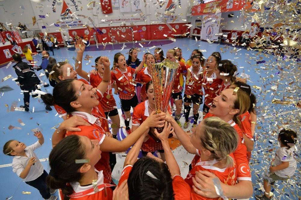 Türkiye Kadınlar Hentbol Süper Lig Şampiyonu Muratpaşa Belediyespor kupasını aldı