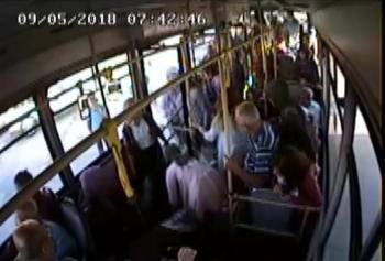 Yolcusu bayılan halk otobüsü şoförü direksiyonu hastaneye kırdı