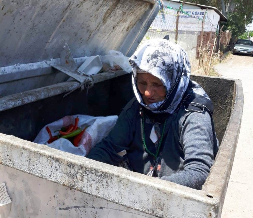 70'lik nine, ekmeğini çöpten çıkarıp yardımı reddetti