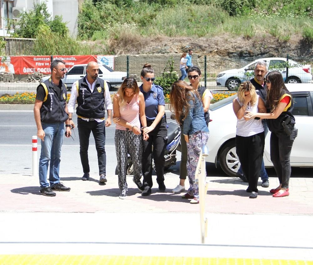 Alanya'da sosyete kadın hırsızlar polise takıldı