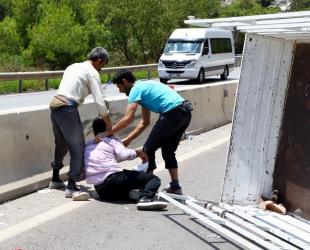 Antalya'da 2 kamyonet çarpıştı: 1 ölü, 6 yaralı