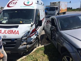 Antalya'da hasta taşıyan ambulans otomobille çarpıştı: 2 yaralı