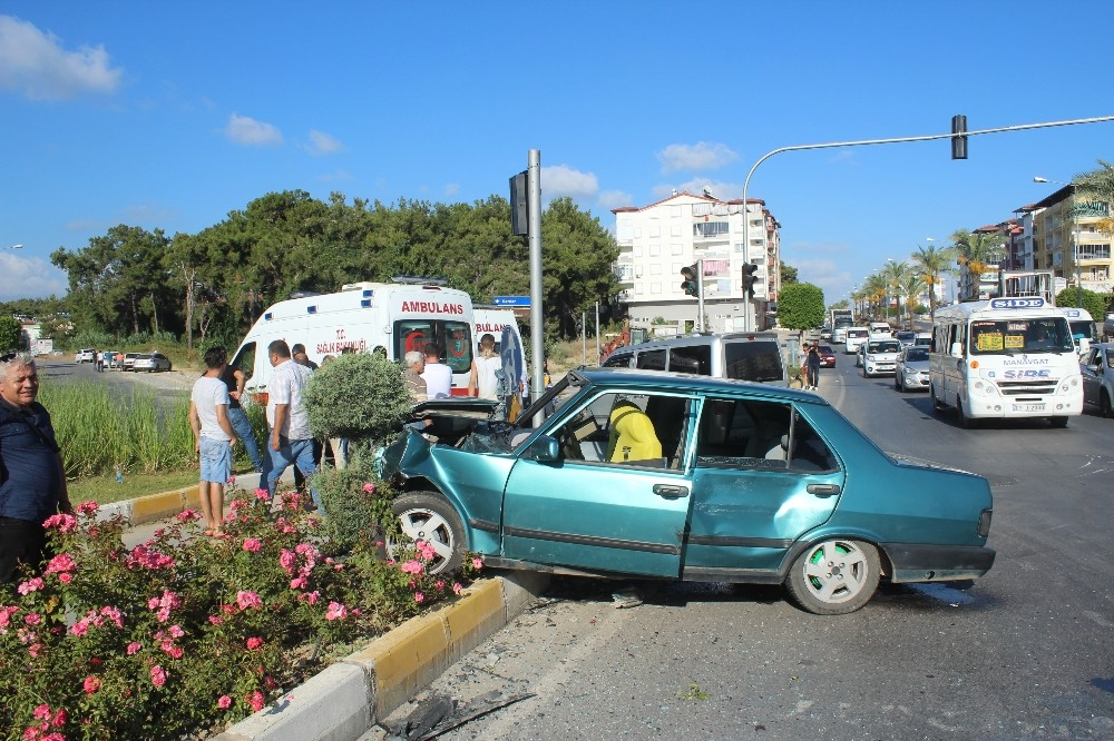 Antalya'da Suriyeli işçileri taşıyan otomobil kaza yaptı: 5 yaralı