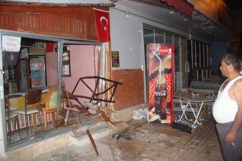 Antalya'da taksiyle çarpışan otomobil işyerine girdi