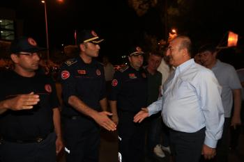 Bakan Çavuşoğlu ve Başkan Türel itfaiye erleri ile birlikte sahur yaptı