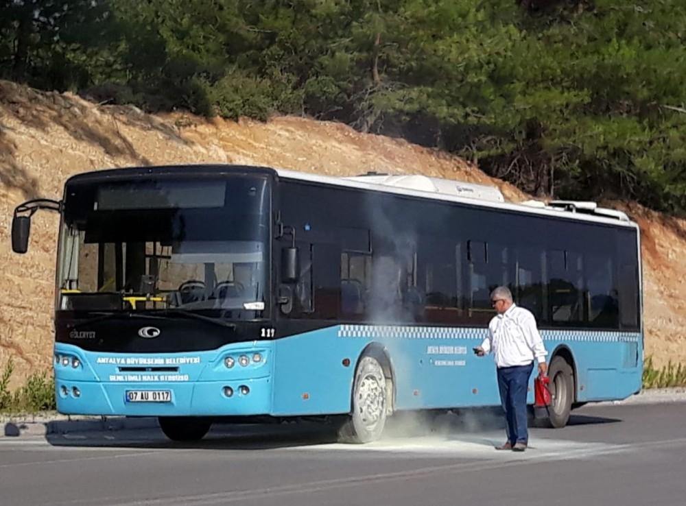 Halk otobüsünün tekerleğinde çıkan yangın büyümeden söndürüldü