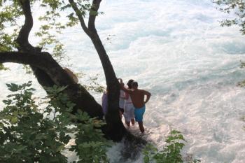 Irmaktaki adacıkta mahsur kaldılar, kurtarılmayı reddettiler