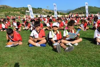 Kumluca yaz spor okullarının açılışında kitap dağıtıldı