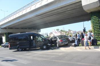 Manavgat'ta turist transfer aracı kazası: 1'i Alman uyruklu 4 yaralı