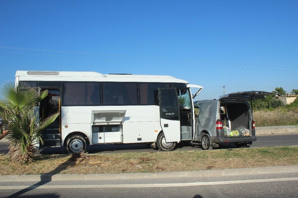 Tur midibüsü ticari araçla çarpıştı: 2 yaralı