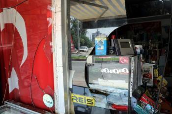 Türk bayrağı ile 'Reis' yazısı asılı marketi yakmaya çalıştılar