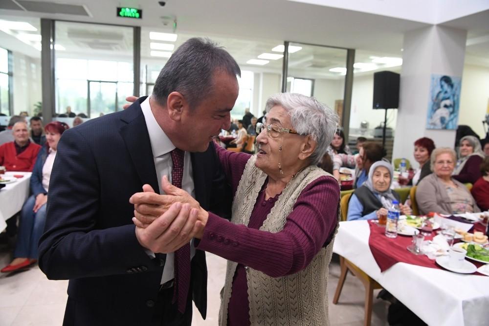 Yaşlılar, Yaşlılar Kreşi'yle çok mutlu