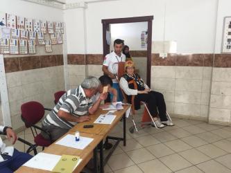 Yatarak tedavi gören vatandaşlar ambulanslarla sandığa taşındı