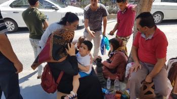 Yola fırlayan 3 yaşındaki çocuk ve teyzesi ölümden döndü