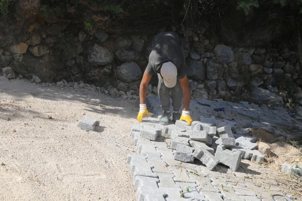 Akseki Belediyesi'nin yol düzenleme çalışmaları devam ediyor