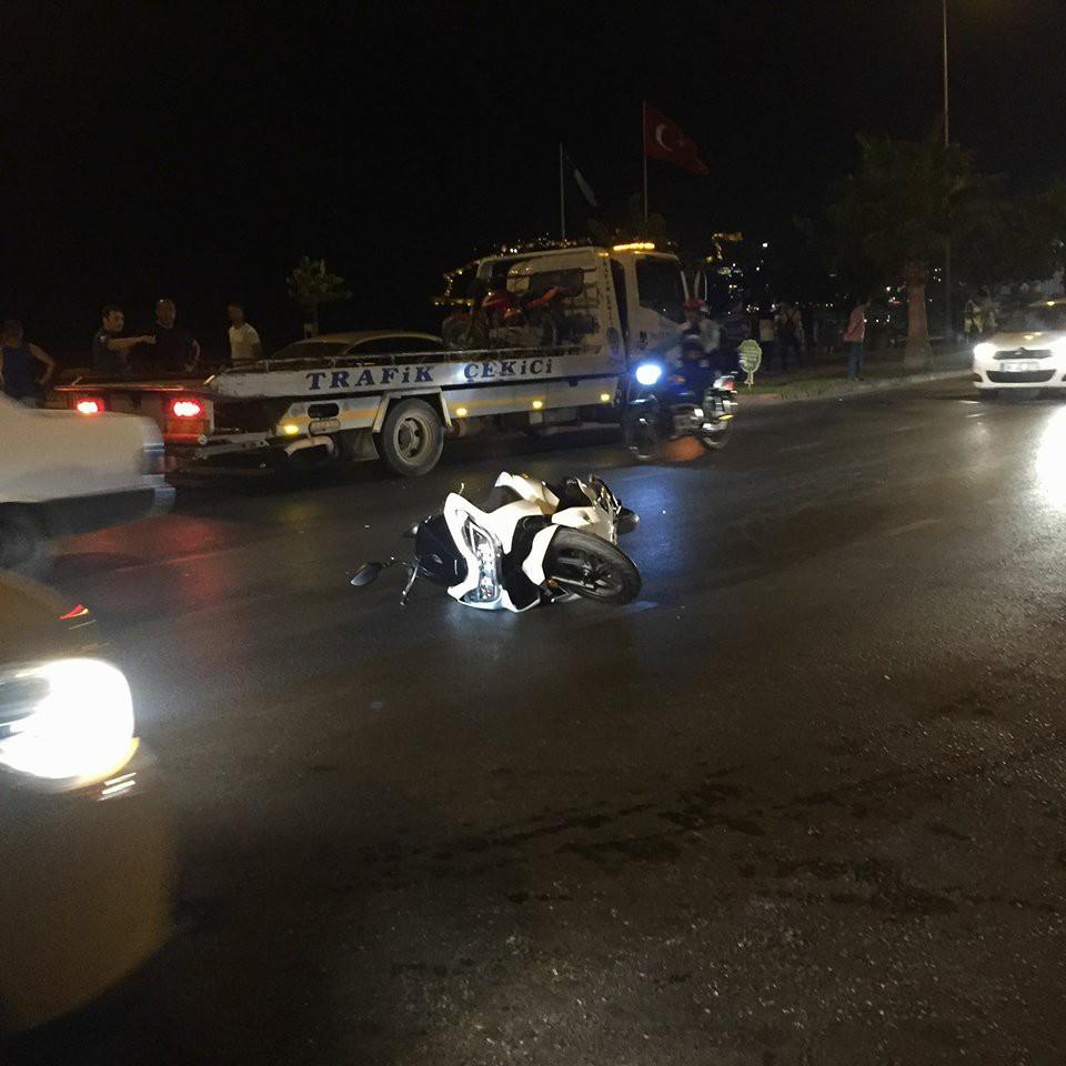 Alanya'da motosiklet yayaya çarptı: 3 yaralı