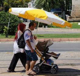 Antalya 42 dereceyi gördü, vatandaşlar ağaç gölgelerine sığındı