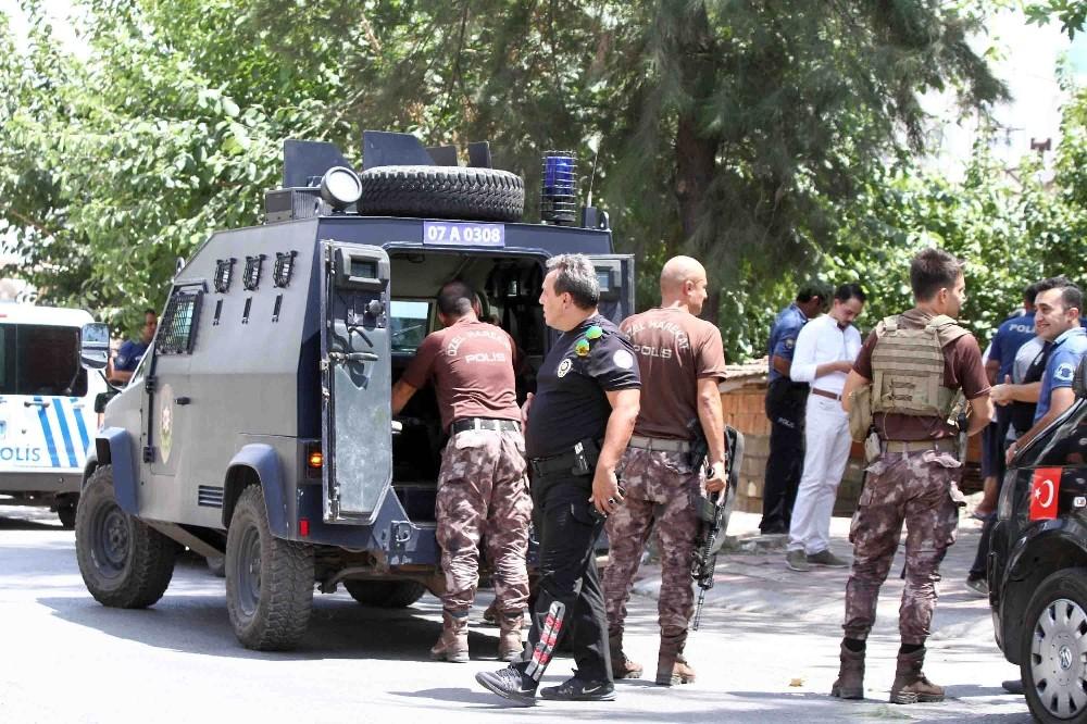 Antalya'da taşlı, sopalı, silahlı mahalle kavgası