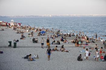 Antalya'lılardan Konyaaltı Sahili'ne yoğun ilgi
