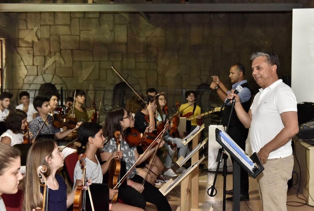 Başkan Uysal, genç müzisyenlerle