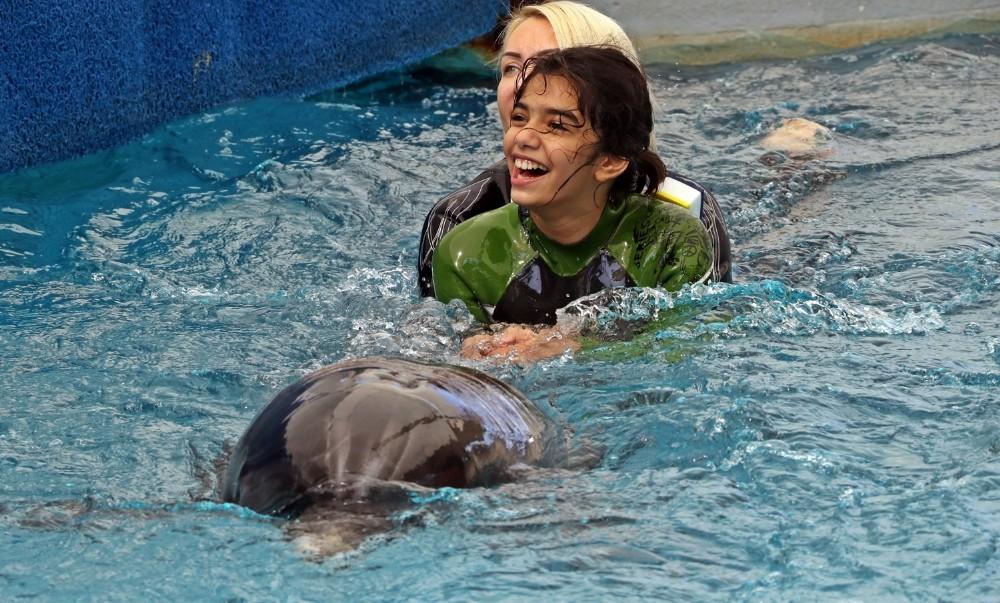 Hayatlarında ilk kez yunuslarla yüzen otizmli çocukların keyifli anları