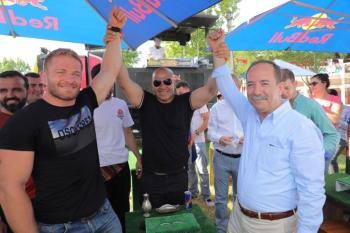 İsmail Balaban ve Recep Gürkan'dan yağlı parmak güreşi